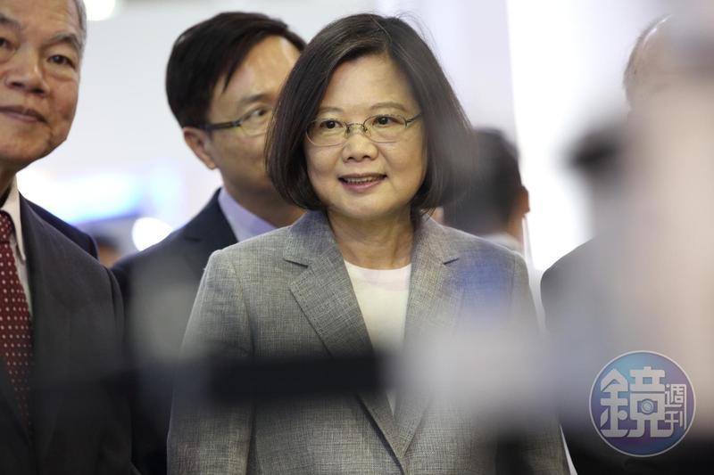 鴻海董事長郭台銘曾說「民主不能當飯吃」,總統蔡英文則認為若沒有民主,只能要飯吃。