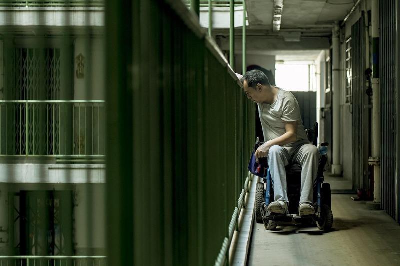電影《淪落人》中的黃秋生因工作意外造成下半身癱瘓,妻子、兒子也離開身邊,人生陷入谷底。(甲上提供)