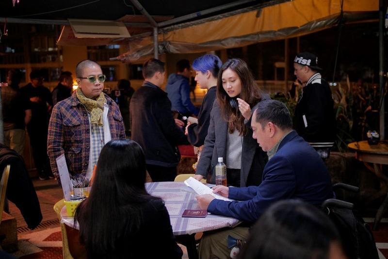 電影《淪落人》監製陳果(左)與導演陳小娟(右三)在該片拍攝現場。(甲上提供)