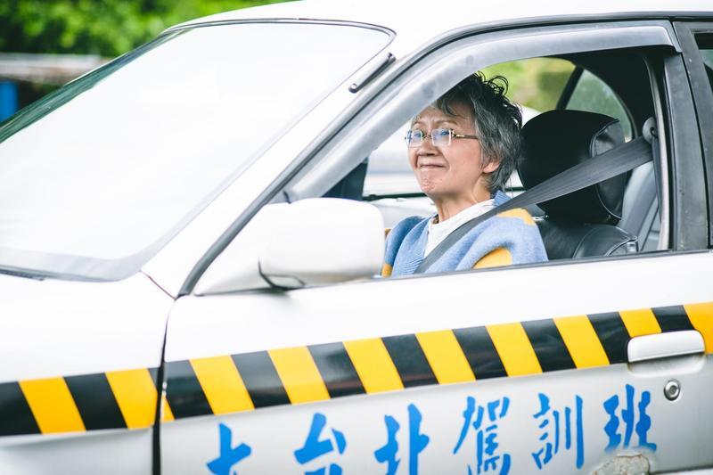 陸弈靜在劇中學開車讓她回憶起20年前緊張學車的時刻。(民視提供)
