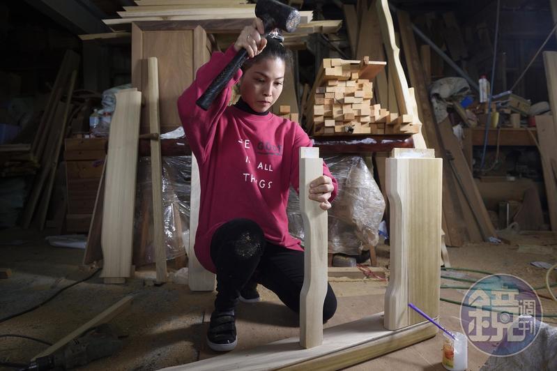 黃裕凰高中開始邊讀夜校邊當木藝學徒,現在繼承父業,是百年來第一位女木匠。