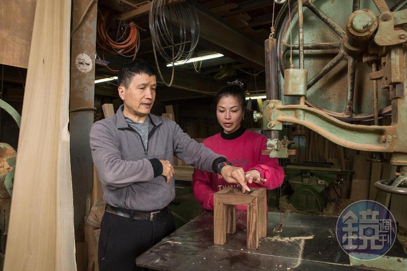 從事木工工作、製作神桌的黃國豪(左)20多年前不畏周遭閒言閒語收女兒黃裕凰(右)為徒,希望不愛念書的女兒能有一技之長。