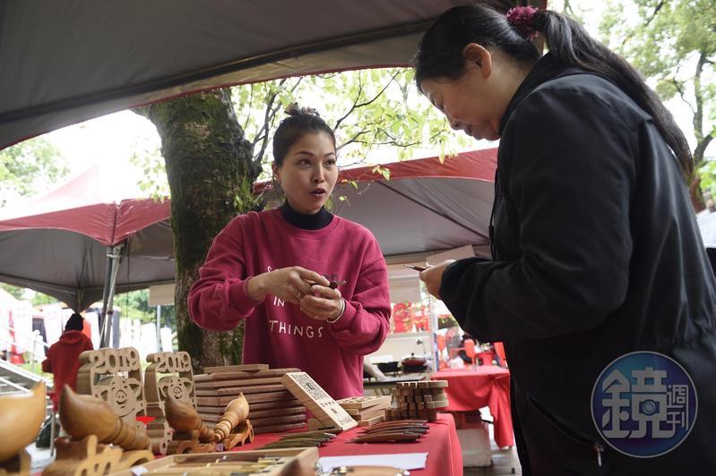這幾年除了做神桌,黃裕凰(左)也會手工製作一些文創商品,在桃園市政府舉辦的活動場合擺攤販售。