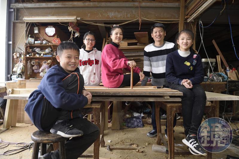 黃裕凰(中)和丈夫簡建穎(後排右)育有3個孩子,看母親工作辛苦,孩子們都想好好念書、不想接班。