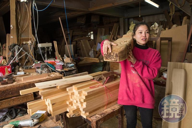 身為神桌木匠,雖然身形嬌小,黃裕凰常常要搬運4、50斤的木料。