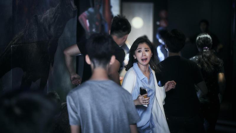 《我們與惡的距離》中,賈靜雯飾演的電視新聞台主管宋喬安,經歷了兒子被無差別殺人凶手槍殺的悲劇。(公共電視提供)