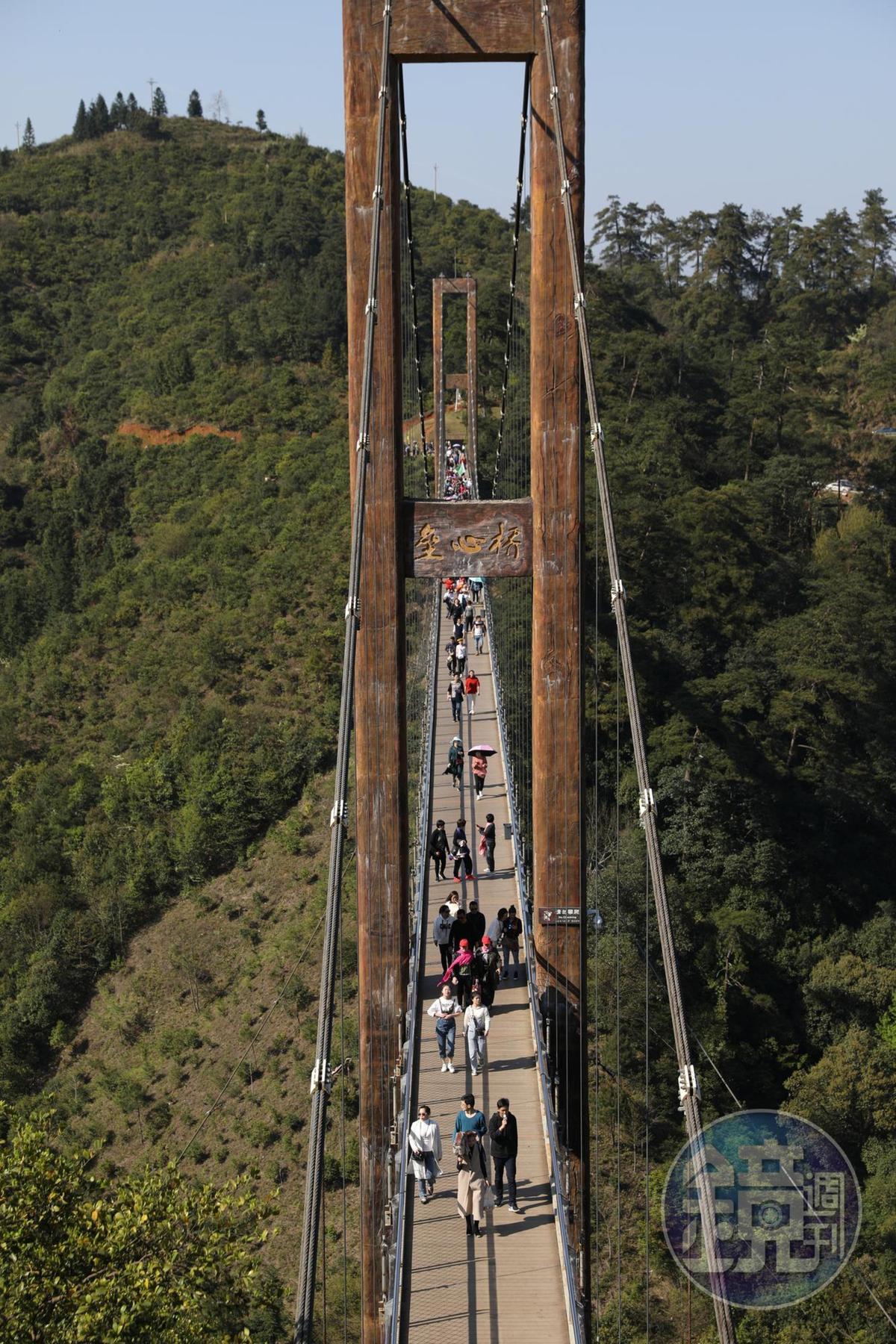 「壘心橋」是俯瞰篁嶺油菜花梯田的最佳位置。