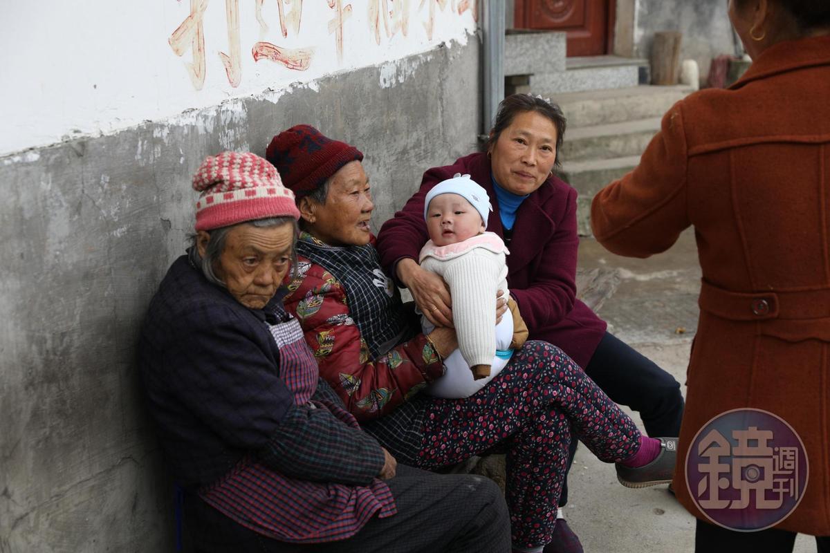 村裡大都是老人和小孩,趁著天氣好出來閒嗑牙。