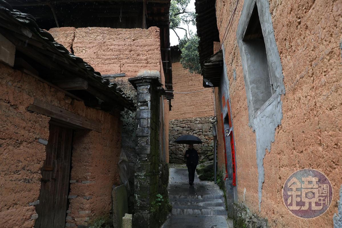 村裡也有許多年代久遠、紅泥砌的房屋。