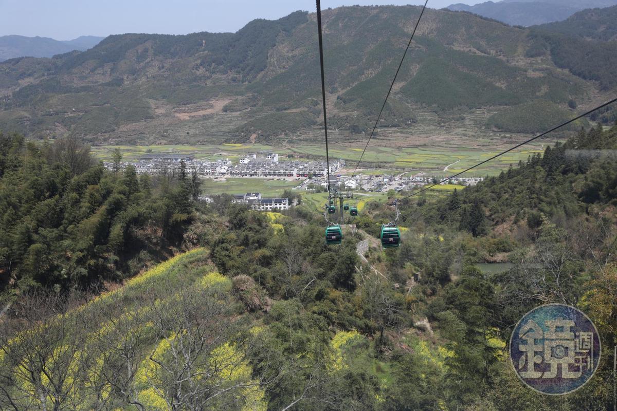 前往篁嶺必須搭乘纜車,最好先到索道中站,由上往下走,比較省力。