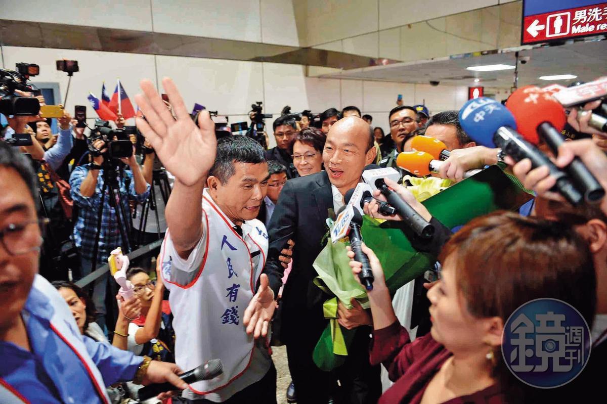 韓國瑜訪美返台抵機場,獲支持者簇擁。韓的一舉一動都牽動明年大選選情變化。(高雄市政府提供)