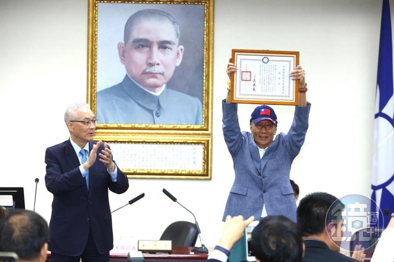 鴻海創辦人宣布退出國民黨,為2020總統大選投下震撼彈。圖為今年4月郭台銘獲頒國民黨榮譽狀,取得國民黨員。。