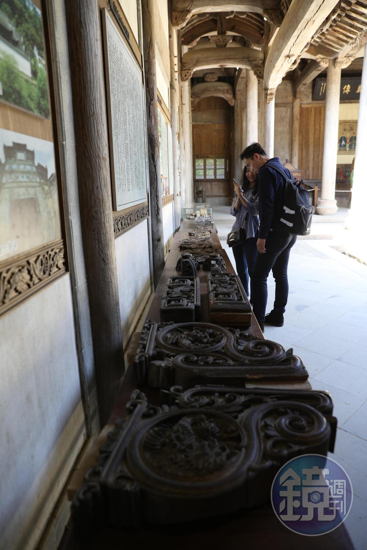 館內展示各種精細的徽雕作品。