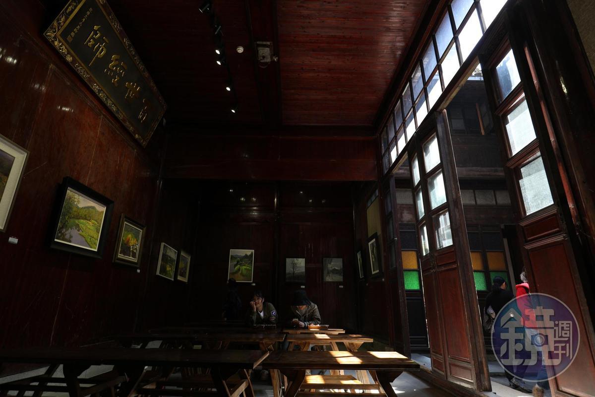 原本的教室周圍,布置了許多繪畫作品。
