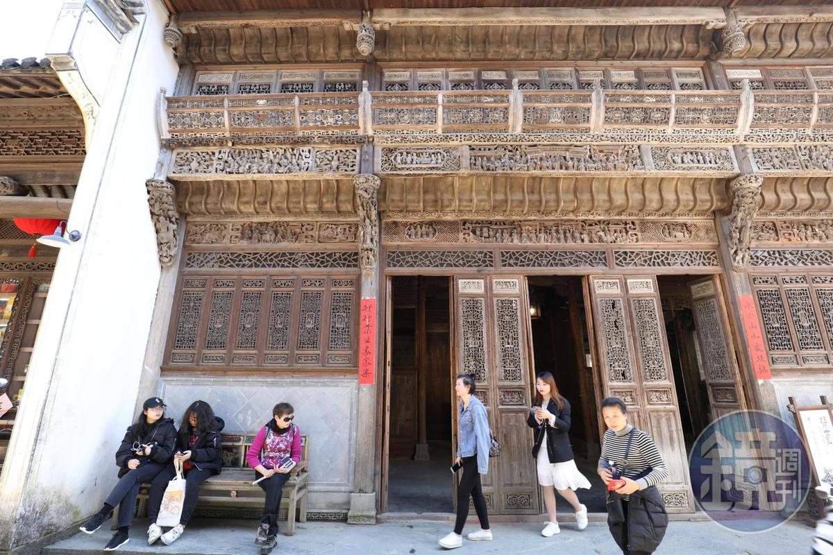 天街上的建築古色古香,許多都頗有年代。