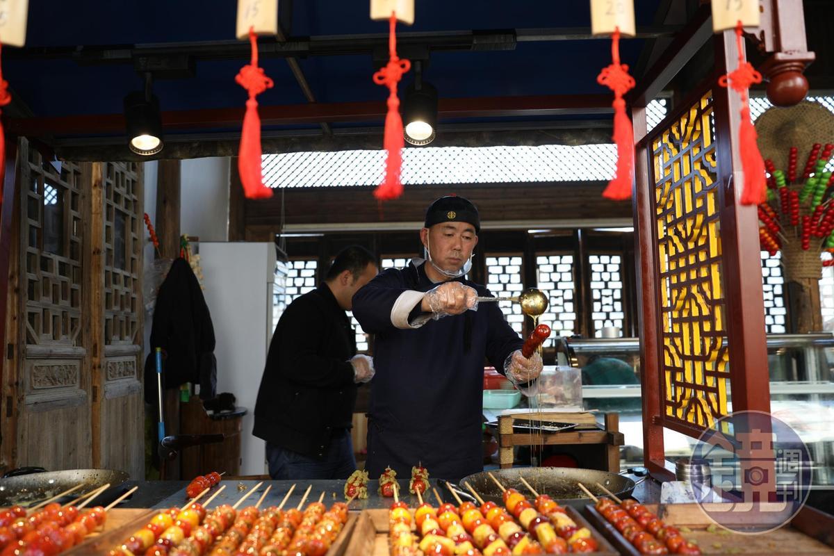 傳統小吃「糖葫蘆」在天街上也很受歡迎。