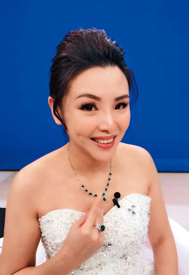 ViVa購物台的購物專家瀞涵,即將與陳友亮結婚。(翻攝自跟著汀汀sha拼趣粉專)