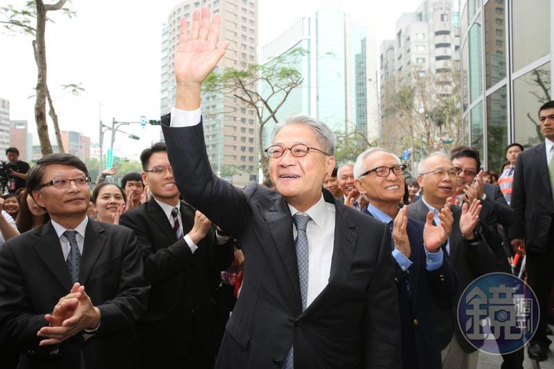台新金董事長吳東亮(前)對主導權敏感,當年選擇出來自立門戶。