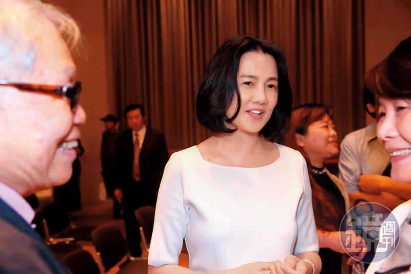 台新金董娘彭雪芬代夫出征,拿下新光集團的主要控股公司董座。