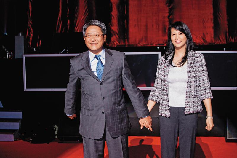 台新金董娘彭雪芬(右)代夫吳東亮(左)出征,拿下新光集團的主要控股公司董座。(今周刊提供)