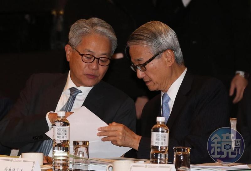 新光吳家兄弟吳東進(右)和吳東亮(左)近年感情轉佳,常有說有笑。