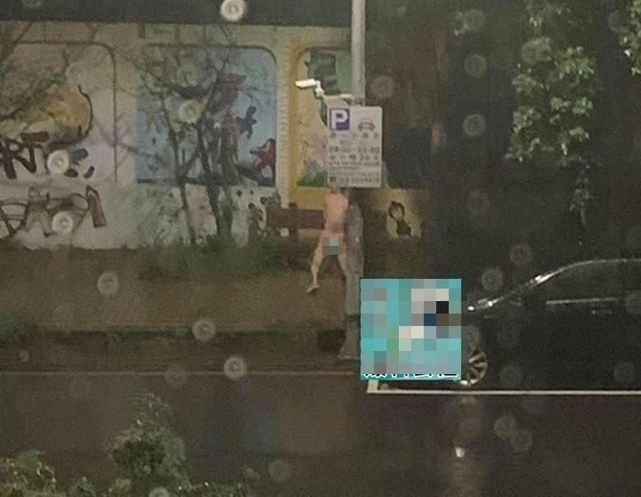 1名男子竟全身赤裸,不畏雨勢跑到市區一所國中旁「猥褻」木製板凳。(翻攝自新竹爆料公社)