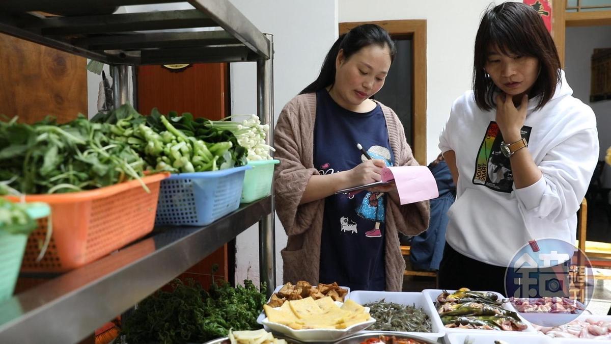 老闆娘呂小姐(左)做生意很誠懇,菜檯是全是附近收來的季節鮮貨,店裡沒菜單,對著食材「看菜點菜」就行。