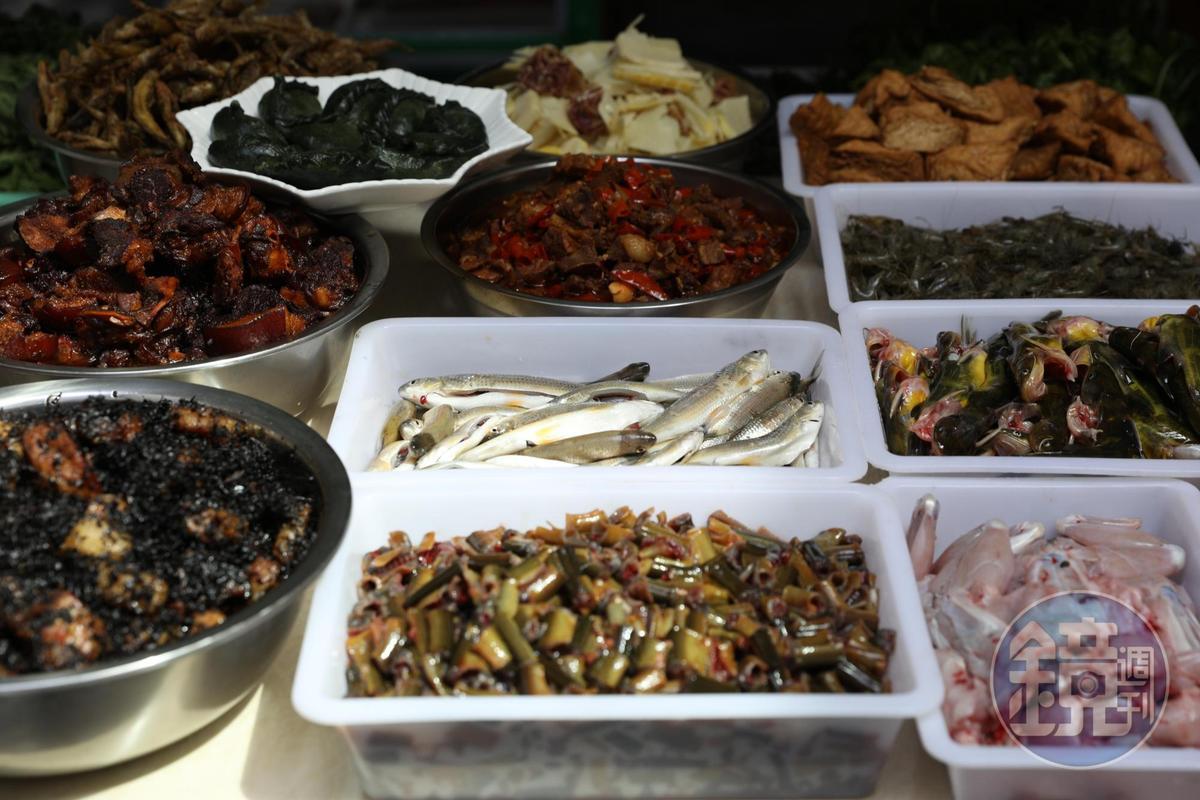 各種野生河鮮、春天才吃的素餡清明果、梅干扣肉、燉竹筍,都在菜檯上一字排開,任君選擇。