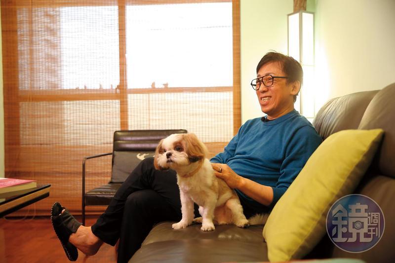 苦苓2015年與鋼琴老師黃楚軒結婚,並搬到高雄。現在住的房子是老婆買的,2人1狗住2房2廳,他笑說自己是嫁雞隨雞,嫁狗隨狗。圖為狗兒子彎彎。