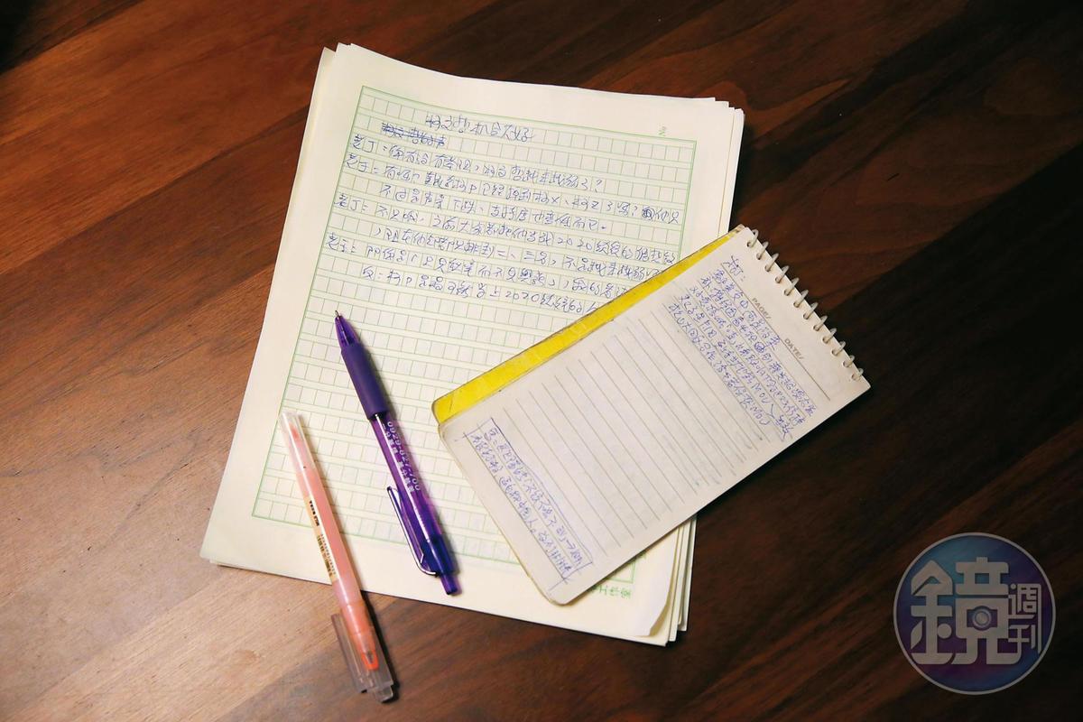 雖然已使用平板,勤發臉書,但苦苓多半時間仍以紙筆寫作。他讀傳統報紙,有個檔案夾,收納寫政論文章所需的剪報,他笑稱此為他的彈藥匣。