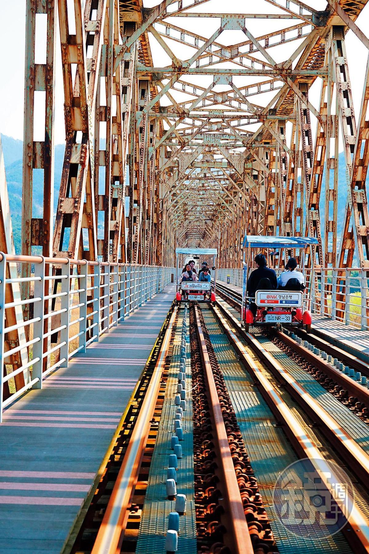 金海洛東江的鐵道自行車是台灣旅客相當喜愛的戶外體驗之一。