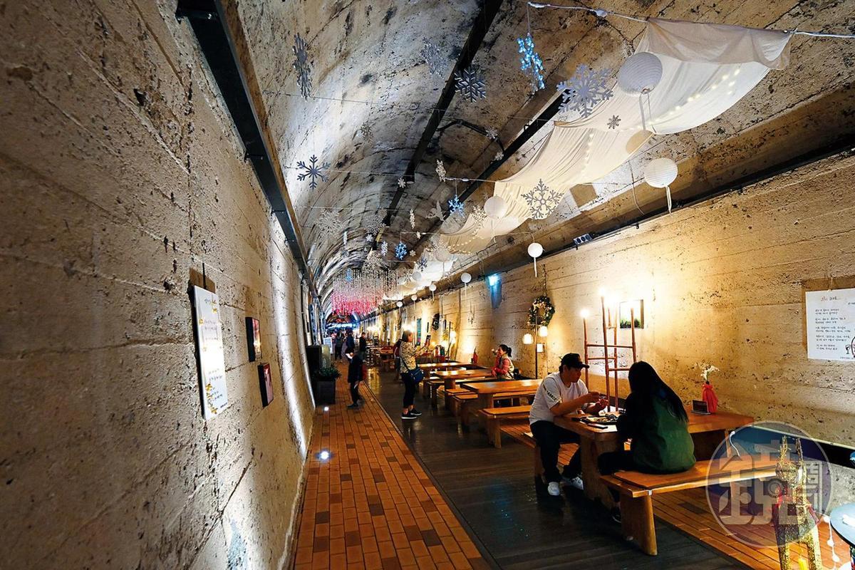 以鐵道隧道改建的洞窟,頗有氣氛。