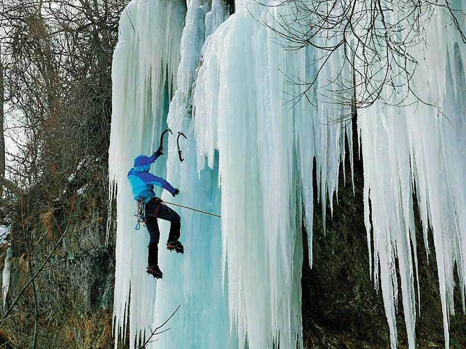 4年前,陳雅得開始接觸攀冰,常和朋友組成2至4人小隊,前往日本攀冰。(陳雅得提供)