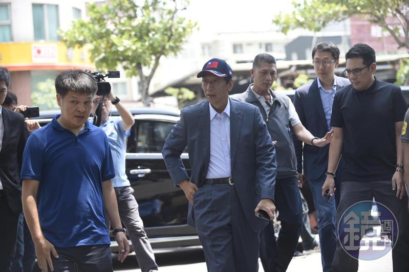 鴻海集團董事長郭台銘今參訪新竹市眷村博物館,長子郭守正(右二)也陪同出席。
