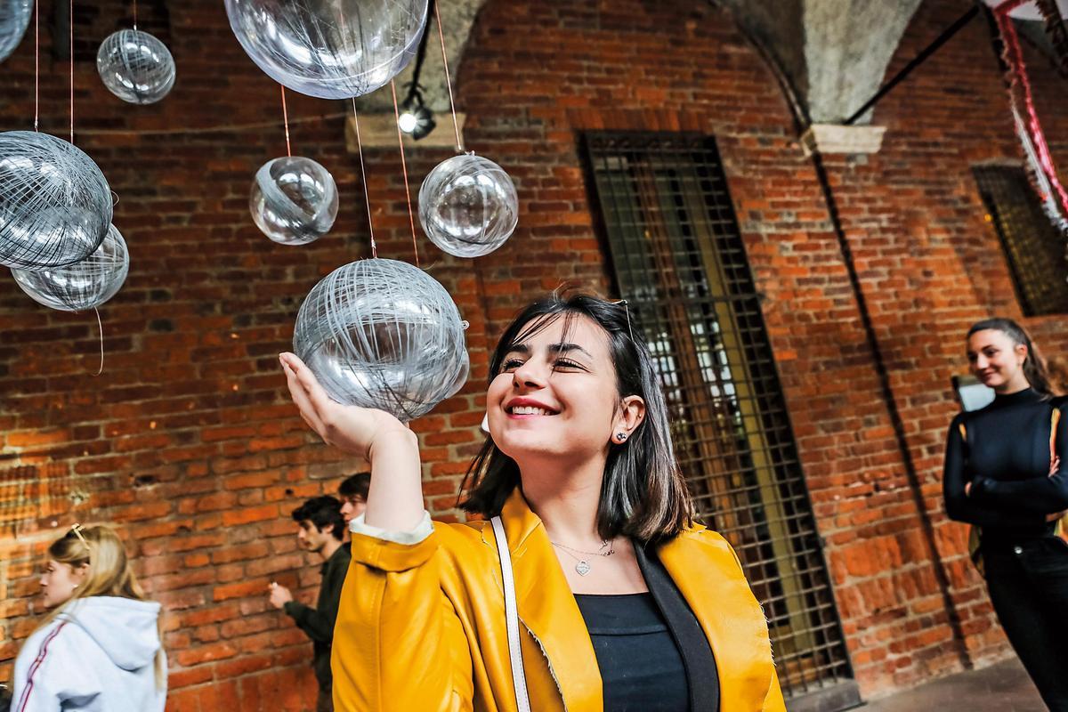 利用反光紗的特性,當照相機打開閃光燈時,會發現它成為發光的球體,展現台灣超越以往的全新樣貌。