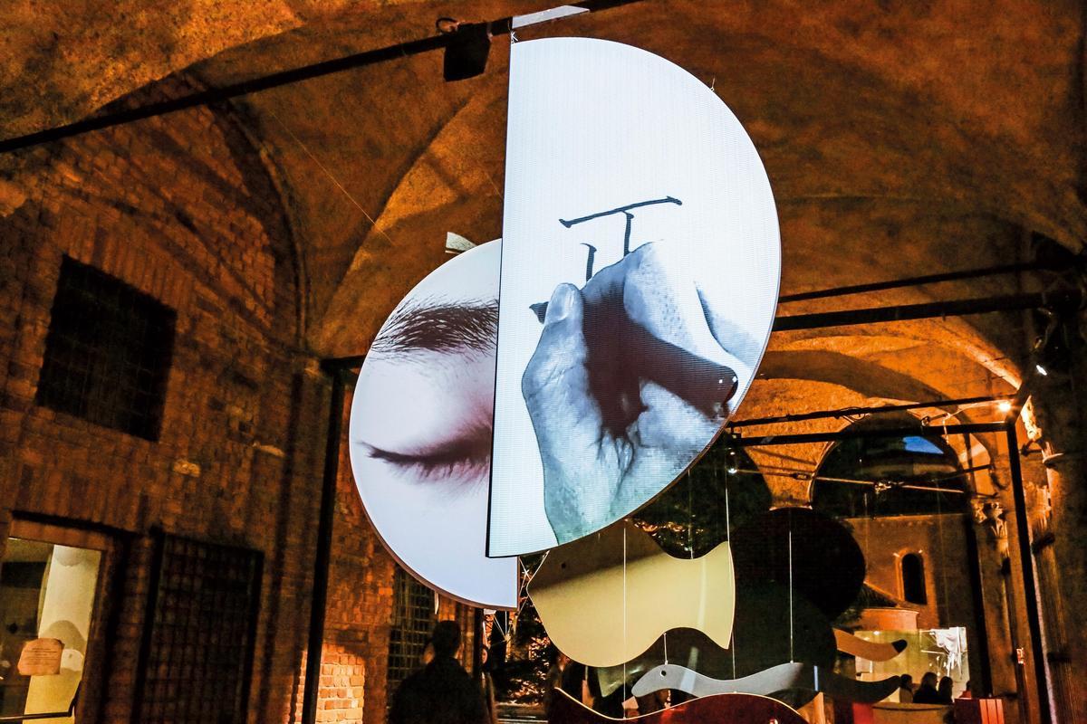 由半圓形懸掛布料組成的陰陽作品,以白色但不同質地的面料,利用投影機投射出包括五官、毛筆字體等屬於東方文化的影像。
