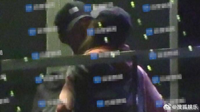 竇驍與疑似何超蓮的女生在電梯中擁吻,看來兩人打得火熱。(翻攝自搜狐娛樂微博)