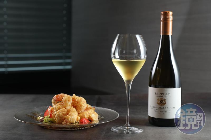 「思奔 賈露卡 夏多內白葡萄酒2016」(右,1,280元/瓶)搭配「蜜桔鮮蔬果律蝦球」(左,880元/份),白酒成了畫龍點睛的醬汁。