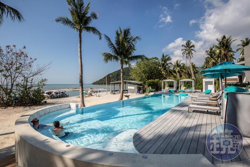 公共泳池緊鄰私人沙灘,許多旅客喜歡泡在泳池一整天。