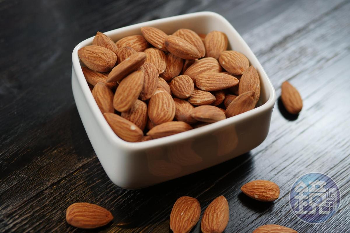 品飲干邑時,搭配些許杏仁,能把橡木桶的氣味提出來。