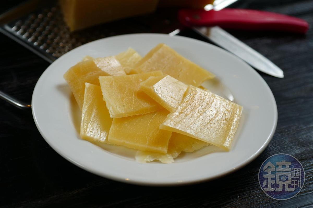 干邑搭配切片起司一起咀嚼,能交融出更多滋味。