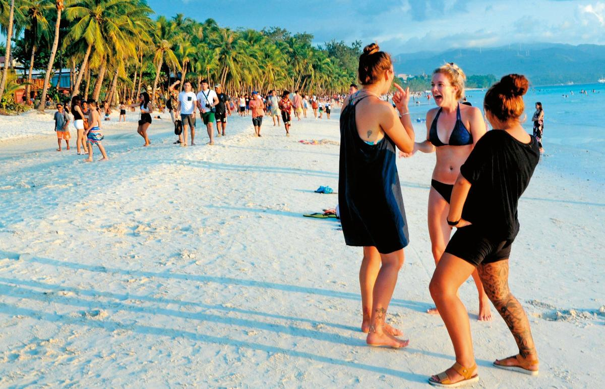 省錢達人逛旅展前先上網查看、貨比三家,成功以8折價買到長灘島5日遊行程。(東方IC)