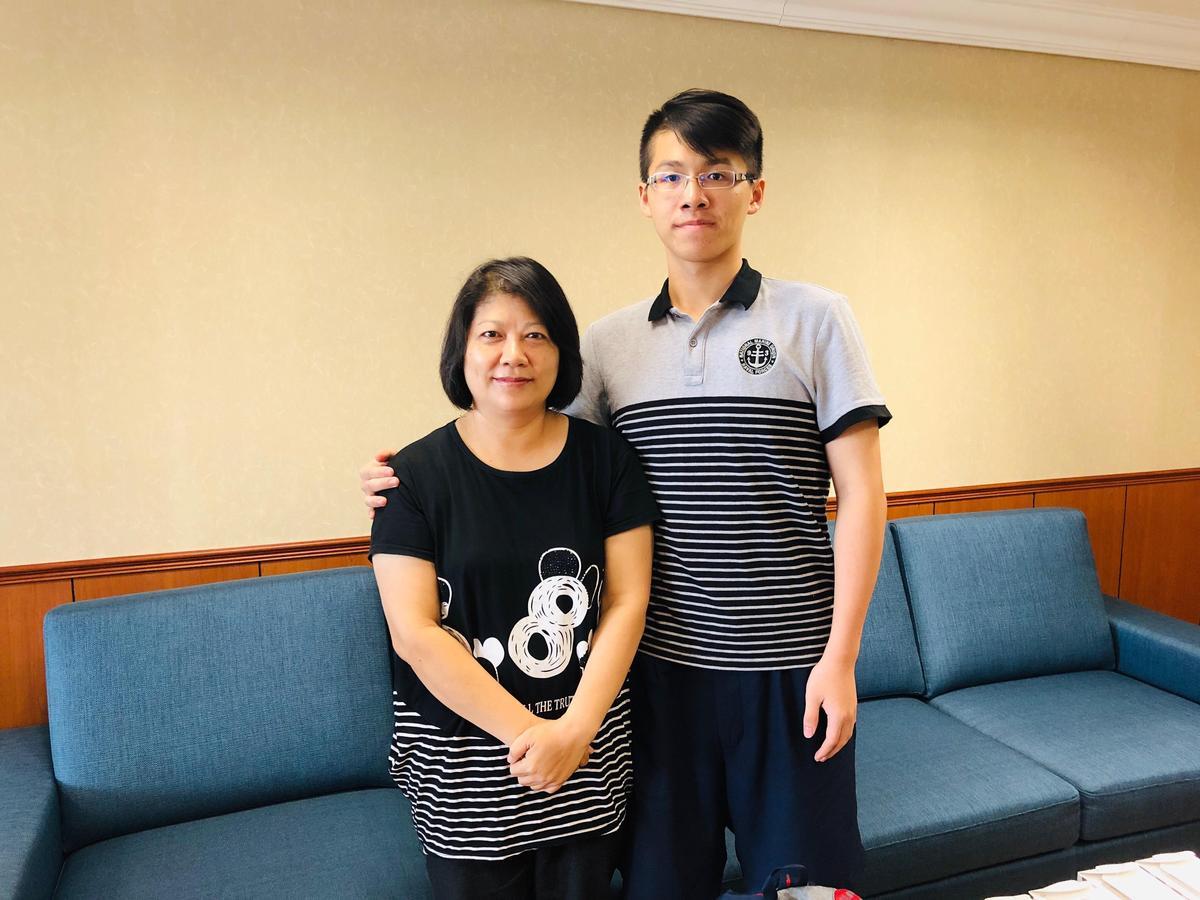 邱彤瑀在兒子陪伴下,現身分享丈夫器官捐贈的心路歷程。(高雄長庚提供)