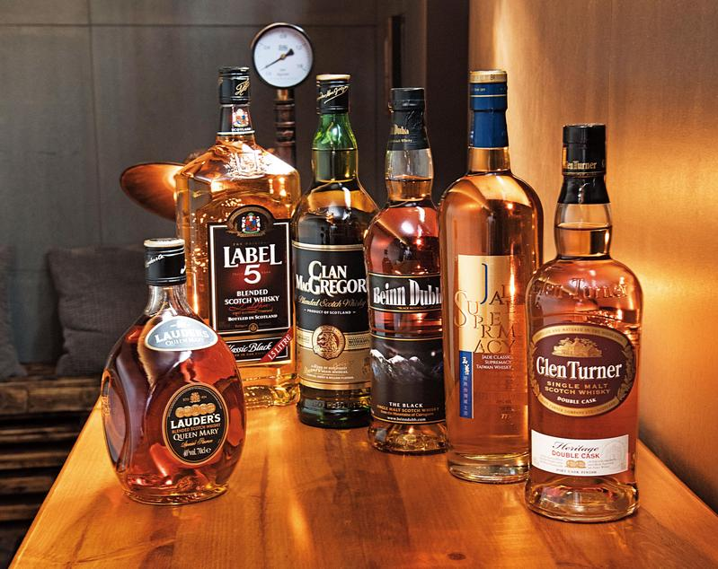 A組酒款共有6款,價位都在新台幣500至700元間,左至右分別為:勞德老爺瑪麗皇后Lauderls Queen Mary、雷伯五號Label 5、威獅Clan MacGregor、班度單一麥芽Beinn Dubh Single Malt、台酒玉尊經典TTL Jade Classic Supremacy、格蘭登納雙桶單一麥芽Glen Turner Double Cask Single Malt。