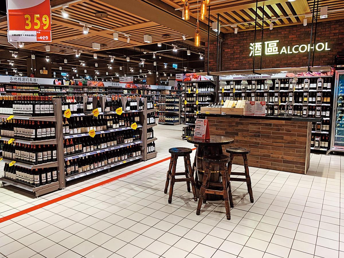 北市內湖大潤發二館經過大幅整修後,購物環境氣氛舒適,尤其是酒類品項眾多,據聞高達1,500款之多,可說應有盡有,有店中店的精緻感。