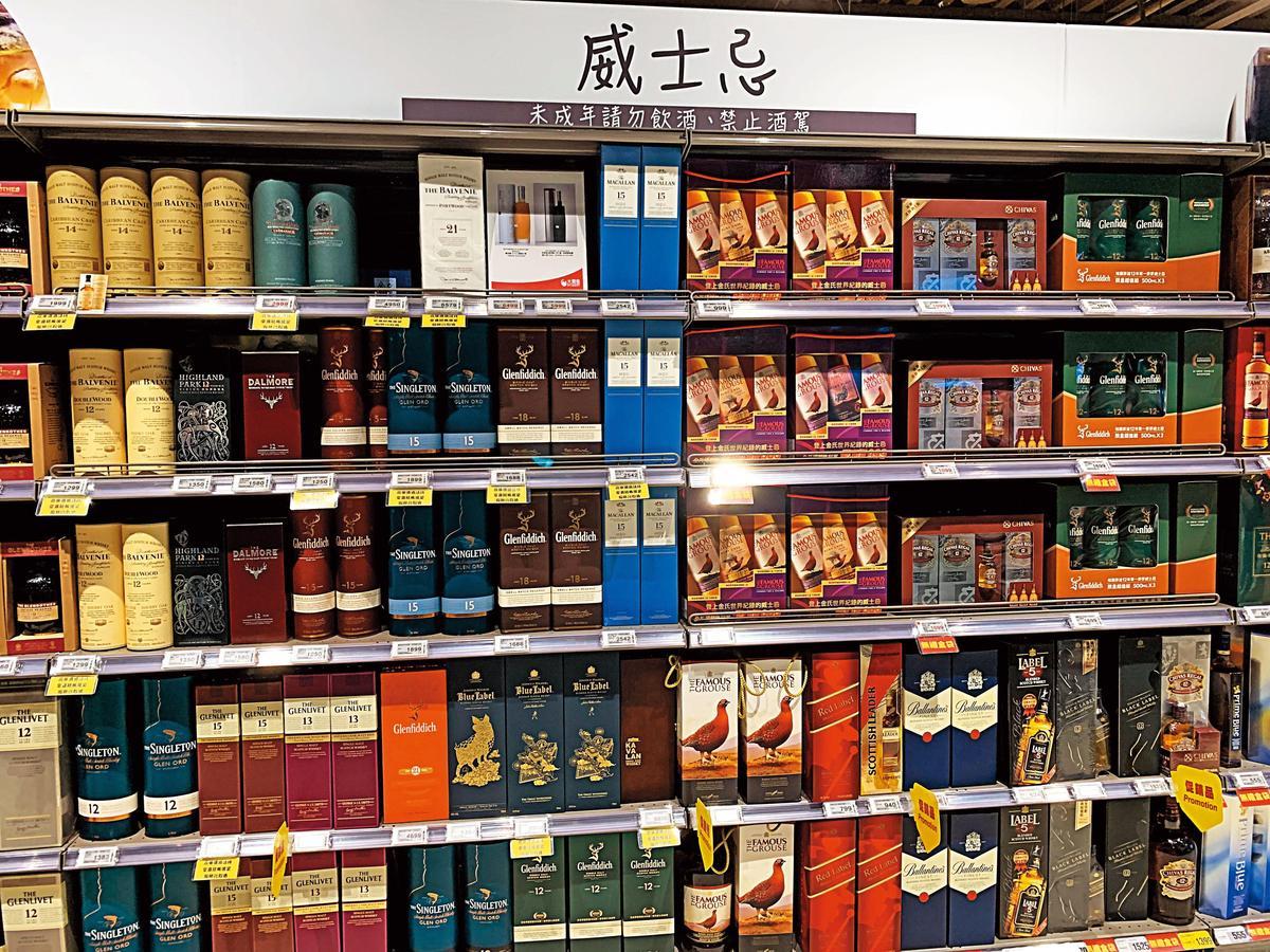大潤發2館的酒品項目眾多,啤酒、葡萄酒、威士忌、其他酒類相當齊全,而且分類清楚、好找,其中像這樣的威士忌酒架就有好幾面。