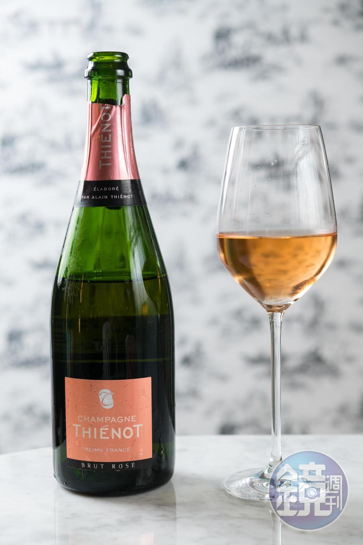 帶有馥郁紅色水果香氣的「 Thiénot, Brut Rose」,圓潤滑順,適合搭配口感濃郁的甜點。(酒堡,3,299元/瓶)