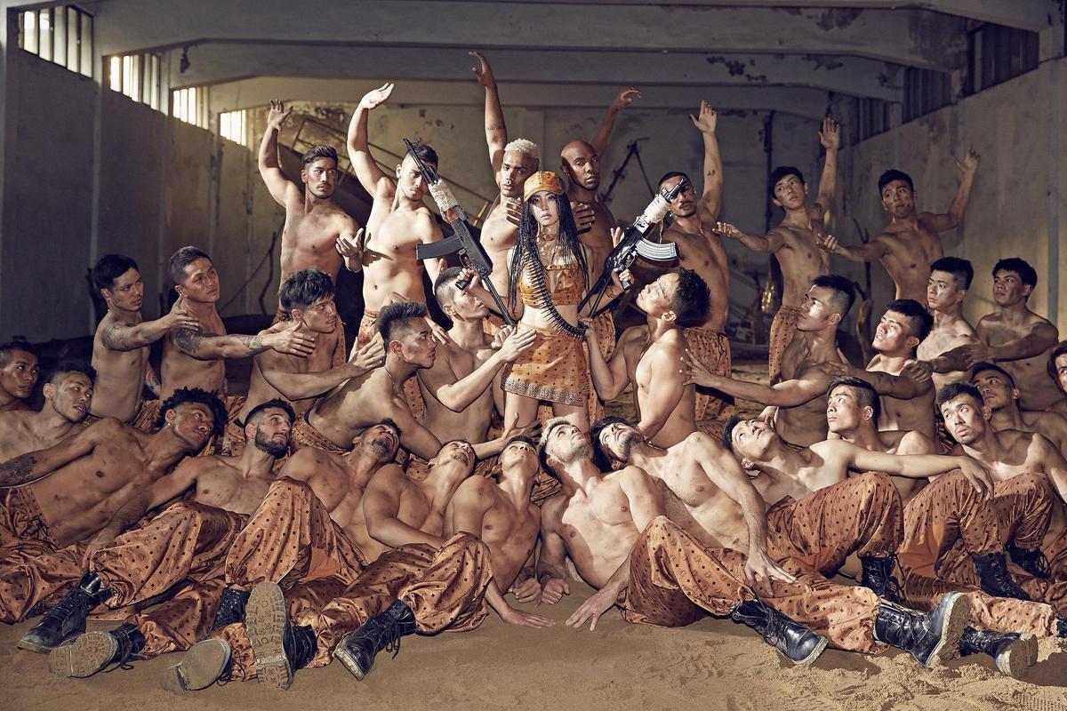 一群猛男拍MV在片場養眼至極,被蔡依林形容成是「肉體buffet」。(索尼提供)