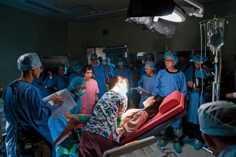 《生死接線員》獲彰化基督教醫院協助支援手術室場景,提升戲劇寫實度。攝影指導車亮逸(右一)及燈光指導蔡禮雄(右二)在場調度。(公視提供)