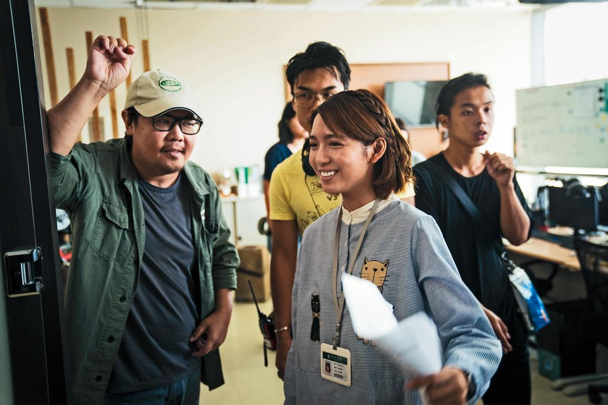 《生死接線員》採雙導演拍攝,負責感情戲的導演王傳宗(左一)指導演員劉倩妏(前)演戲。(公視提供)